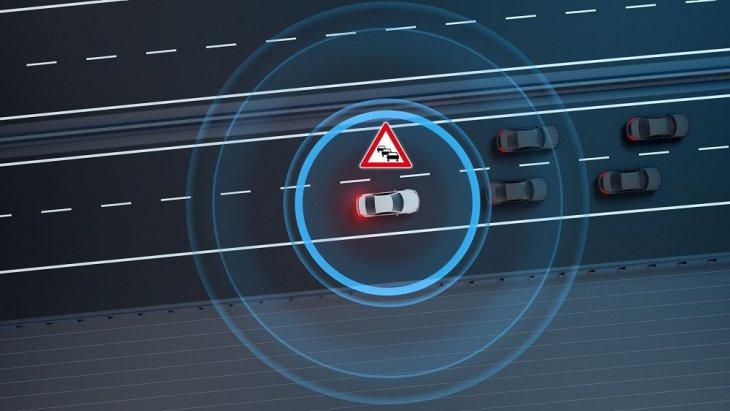 Mercedes-Benz E-Class 2019 เอาใจผู้ขับขี่ด้วยการรายงานข้อมูลการจราจรแบบไดนามิกที่ให้ข้อมูลการจราจรตามเวลาเหตุการณ์จริงที่เกิดขึ้นบนท้องถนน โดยการเชื่อมต่อด้วยฮอตสปอต WLAN / WiFi ซึ่งสามารถเชื่อต่อได้ทั้ง Android Auto และ Apple CarPlayTM