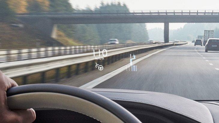 จอแสดงผลข้อมูลการขับขี่ Head-up display บนกระจกหน้า โดยจะแสดงข้อมูลการจราจรและสภาพถนนจะปรากฏให้คุณทราบก่อนประมาณ 2 เมตร