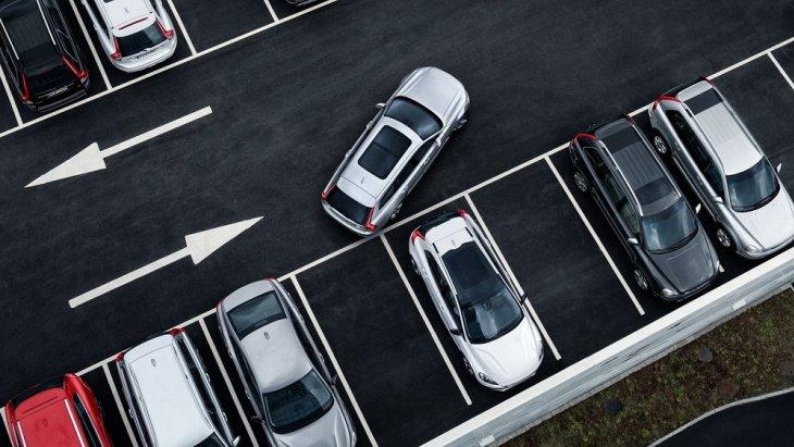 ระบบช่วยนำทางขณะจอด Park Assist Pilot ช่วยควบคุมพวงมาลัยในขณะที่คุณนำรถเข้าที่จอด ไม่ว่าจะเป็นการจอดในแนวขนานกับถนนหรือการจอดเข้าซองก็ง่าย สะดวก และปลอดภัย