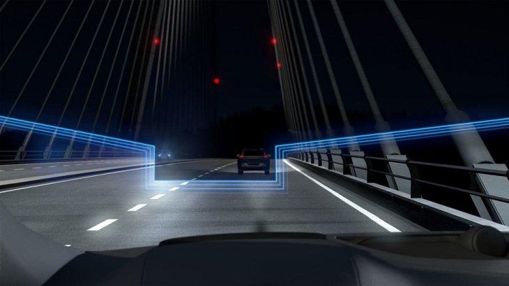 ไฟหน้าแบบ LED ที่มาพร้อมกับไฟสูงแบบแอคทีฟ ช่วยให้คุณมองเห็นในบริเวณทางโค้งได้ดีขึ้น