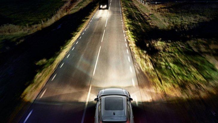 ระบบ Adaptive Cruise Control จะปรับความเร็วของรถเพื่อรักษาระยะห่างที่ปลอดภัยจากรถคันหน้าที่ขับช้ากว่า