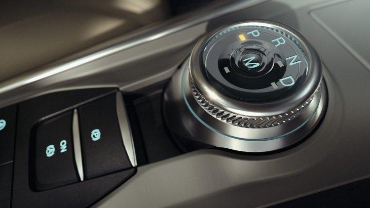 ระบบปรับเปลี่ยนเกียร์ของ Ford Explorer 2020 เป็นแบบปุ่มหมุน เพื่อเพิ่มความสะดวกสบายในการเปลี่ยนเกียร์และยังช่วยเพิ่มพื้นที่ภายในห้องโดยสารส่วนหน้ามากขึ้นอีกด้วย