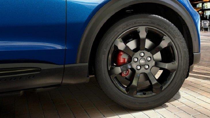 เพิ่มความหล่อสุดเท่สไตล์สปอร์ตให้กับ Ford Explorer 2020 ด้วย ล้ออลูมิเนียมสีดำมันวาวขนาด 21 นิ้วที่มาพร้อมกับคาลิปเปอร์สีแดง