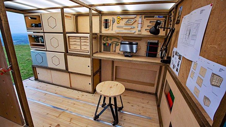 พร้อมโต๊ะทำงาน พร้อมแบตเตอรี่แบบ portable สามารถเคลื่อนย้ายได้ (Nissan เรียก Nissan Energy ROAM)