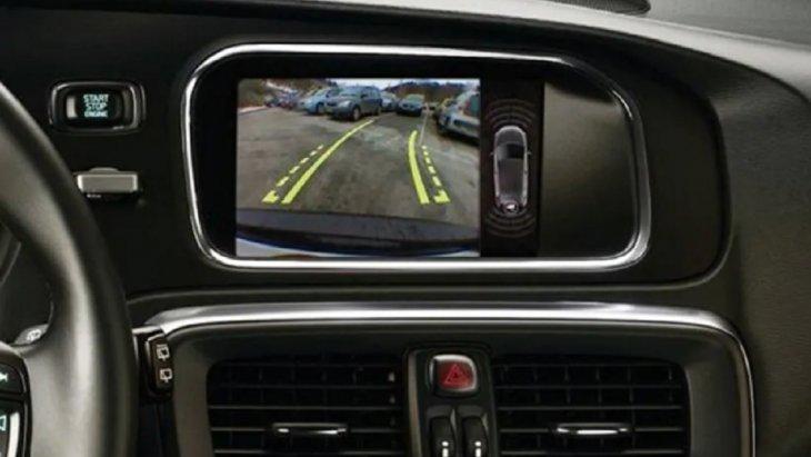 กล้องหลังช่วยในการถอยจอดโดยกล้องจะติดตั้งอยู่ที่ประตูหลัง ช่วยเพิ่มประสิทธิภาพในการจับภาพทำให้มองเห็นภาพด้านหลังรถขณะถอยหลังได้อย่างชัดเจนมากยิ่งขึ้น