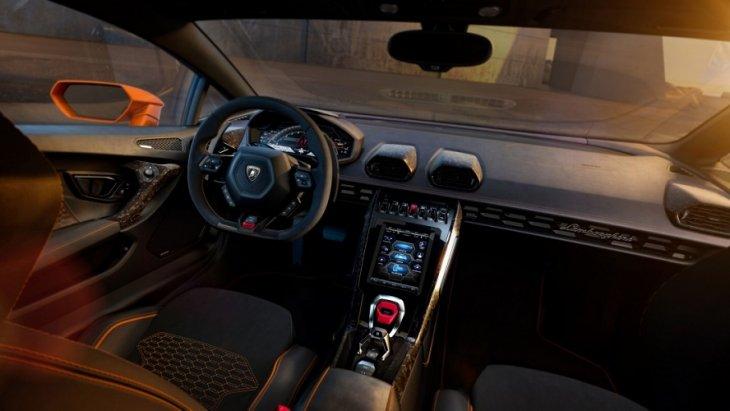 ด้านภายในมอบความโดดเด่นด้วยจอสัมผัสขนาด 8.4 นิ้ว ที่รองรับระบบควบคุมคำสั่งภายในรถและระบบเชื่อมต่อต่างๆ