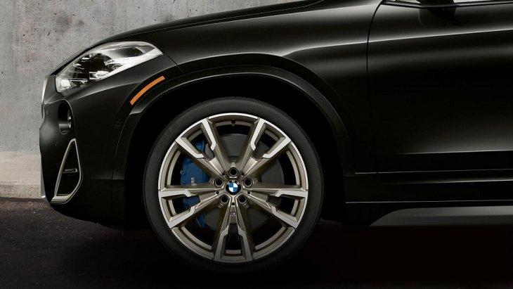 เสริมความเป็นสปอร์ตให้กับ BMW X2 2019 ด้วยลายล้อแม็คลายใหม่ขนาด 19 นิ้ว ที่มีโลโก้ BMW ติดอยู่ตรงกลางล้อแม็ค และเบรก M Sport สีน้ำเงินทำให้ดูสวยโดดเด่นสะดุดตามากยิ่งขึ้น