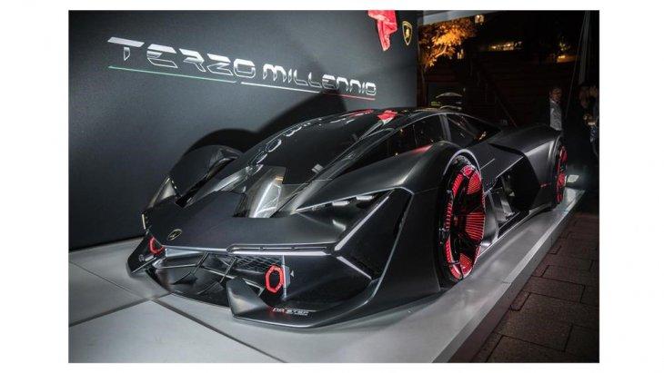 เพราะคู่แข่งฝั่งอังกฤษอย่าง Aston Martin ก็มี Valkyrie ทางด้าน Mercedes-Benz ของเยอรมนี ส่ง Mercedes-AMG One โกยเงินลูกค้าเงินล้นได้ แล้วทำไม Lamborghini ต้องอยู่เฉย ๆ ให้เสียโอกาสและศักดิ์ศรี