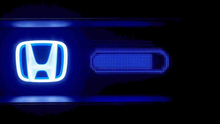 ทั้งนี้ดูเหมือนว่าจอมอนิเตอร์ใน Honda Urban EV ตรงหน้าผู้ขับขี่จะสามารถเลือกดึงเฉพาะข้อมูลที่ต้องการให้แสดงบนหน้าจอเท่าที่จำเป็นได้ เช่น ความเร็ว ปริมาณแบตเตอรี่ ส่วนตรงกลางเป็นจออินโฟเทนเมนต์และเข้าถึงเมนูต่าง ๆ