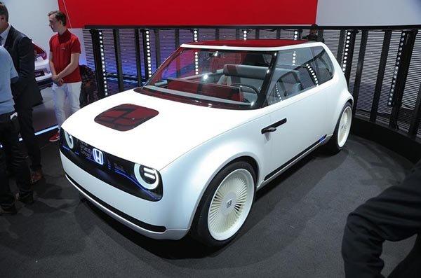 (ภาพรถจริง)โดยคงต้องรอชมกันว่าแนวคิดและวิสัยทัศน์ของ Honda ที่วางตำแหน่งรถยนต์ไฟฟ้าคันแรกให้เป็นรถใช้งานในเมืองอย่าง Honda Urban EV