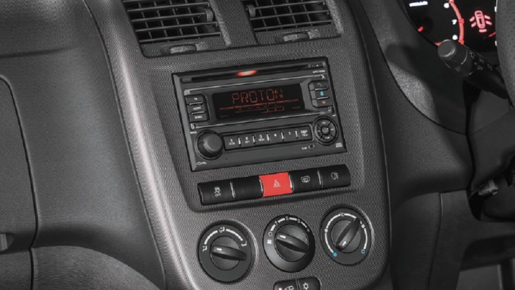 เครื่องเล่นวิทยุ 2 DIN ที่มาพร้อมกับ Carbonado Trim สามารถเชื่อมต่อได้ทั้ง CD, MP3 Ipod และ Bluetooth