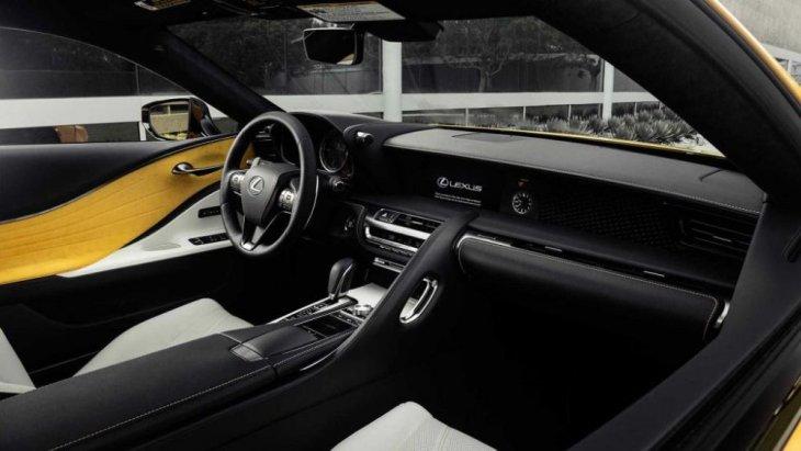 แผงประตูใช้สีเหลืองตัดกับสีดำและเทาภายในตัวรถ