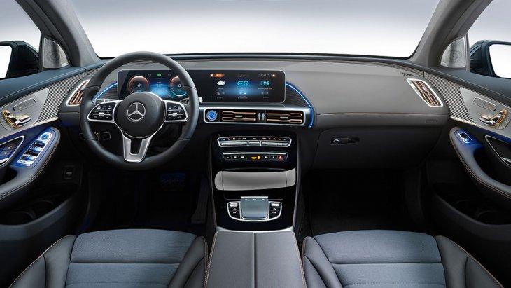 เช่นเดียวกับภายในของ Mercedes-Benz EQC ไม่เน้นความวุ่นวาย แต่มีความ Futuristic ด้วยมาตรวัดดิจิทัลขนาดใหญ่ วางพิงบนแผงหน้าปัด พร้อมคาดไฟ Ambient Light เพื่อช่วยเพิ่มลีลาด้วยแสงเลือกได้หลายโทนสี