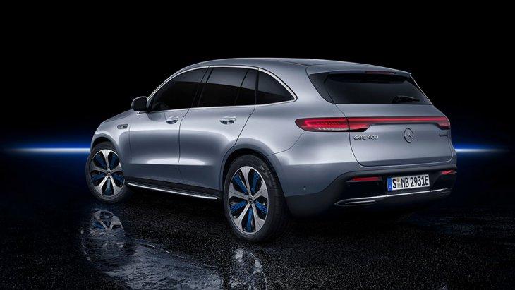 โดย Mercedes-Benz EQC นั้นจะมีขนาดตัวถัง ยาว 4,761 มม. กว้าง 1,884 มม. และสูง 1,624 มม. ฐานล้อยาว 2,873 มม. หรือใหญ่พอ ๆ กับ Mercedes-Benz GLC โฉมปัจจุบัน