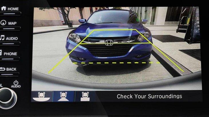กล้องมองหลังแบบหลายมุมที่ช่วยให้สามารถมองเห็นตัวรถได้รอบคันยังช่วยในการถอยจอดในที่แคบและจุดอับสายตา