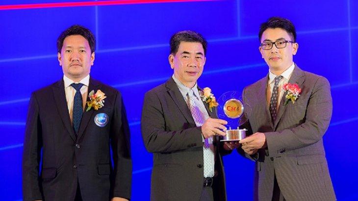 มร. จั่ว เฉิน ผู้อำนวยการฝ่ายการตลาด บริษัท เอ็มจี เซลส์ (ประเทศไทย) จำกัด เป็นตัวแทนรับมอบรางวัลจาก นายศิริรุจ จุลกะรัตน์  รองปลัดกระทรวงอุตสาหกรรม