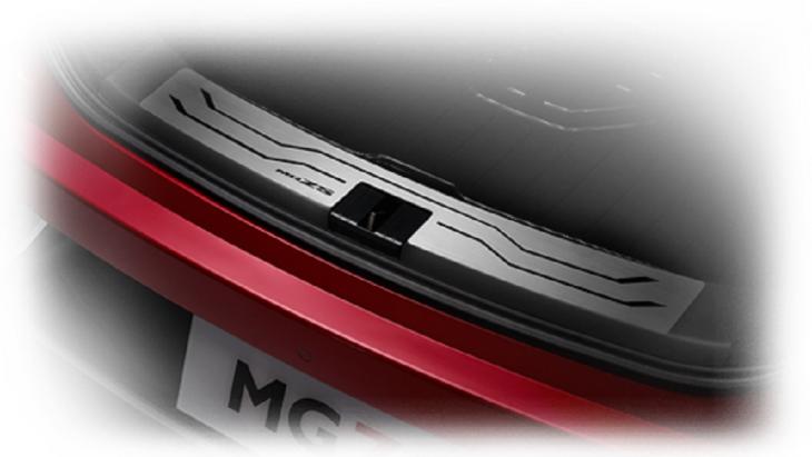 REAR SKID PLATE แผ่นกันกระแทกสัมภาระท้ายรถ ที่ทำจากสเตนเลสคุณภาพสูง นอกจากจะเพิ่มความสวยงามให้กับ NEW MG ZS แล้ว ยังช่วยป้องกันรอยขีดข่วนระหว่างการขนถ่ายสัมภาระขึ้น-ลง จากรถได้อีกด้วย