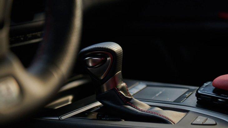 เียร์อัตโนมัติอัจฉริยะ Lexus UX 200 ใช้เครื่องยนต์เบนซิน แบบ 4 สูบ ขนาด 2.0 ลิตร D-4S (หัวฉีดตรง) ให้กำลังสูงสุด 169 แรงม้า และแรงบิดสูงสุด 204 นิวตันเมตร จับคู่กับเกียร์อัตโนมัติ Direct-Shift Continuously Variable Transmission (DCVT)