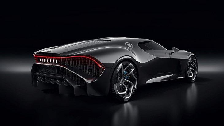 โดย Bugatti La Voiture Noire จัดว่าเป็นงาน Bespoke มีเพียงคันเดียวในโลกและเป็นงาน Handcraft ตัวถังเป็นคาร์บอนไฟเบอร์เส้นใยละเอียด (ultra-fine fiber) พ่นสีดำฉ่ำลึกแบบ Deep Black Gloss