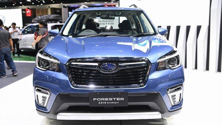 Subaru Forester 2019 ติดตั้งกระจังหน้าทรงหกเหลี่ยมตกแต่งด้วยคิ้วแบบโครเมี่ยม ไฟหน้าแบบโปรเจคเตอร์รวมไปถึงไฟเลี้ยวโฉมใหม่แบบ Steering Responsive Headlight