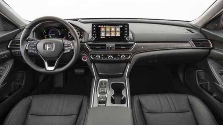 Honda Accord 2019 ได้รับการตกแต่งภายในอย่างประณีตด้วยเฉดสีทูโทนดำ-ครีม ส่วนเบาะนั่งปรับได้ด้วยไฟฟ้าหุ้มด้วยวัสดุหนังเย็บเก็บตะเข็บด้วยด้ายสีขาว