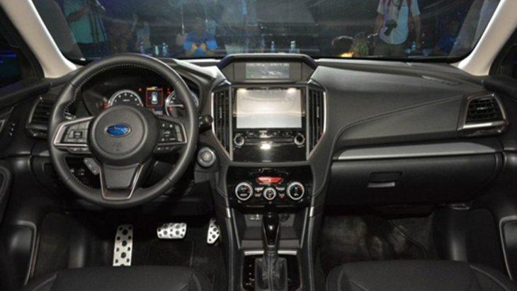 Subaru Forester 2019 ได้รับการตกแต่งภายในห้องโดยสารอย่างประณีตด้วยเฉดสีทูโทนดำ-ครีม คอนโซลหน้าตกแต่งด้วยสีดำและเบาะนั่งหุ้มด้วยหนังแท้เย็บเก็บตะเข็บด้วยด้ายสีขาว