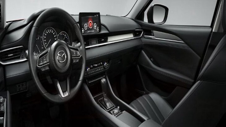Mazda 6 2019 ตกแต่งภายในด้วยโทนสีดำ คอนโซลด้านหน้าตกแต่งด้วยหนังสีดำเย็บตะเข็บด้วยด้ายสีขาวพร้อมแถบโครเมียมอีกทั้งยังติดตั้งฟังก์ชั่นอำนวยความสะดวกเอาไว้อย่างครบครัน