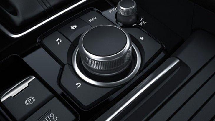 Mazda 6 2019 เพิ่มความสะดวกให้กับผู้ขับขี่ด้วยการติดตั้งแป้นควบคุมการขับขี่เอาไว้ในบริเวณเดียวกับตำแหน่งเกียร์เพื่อให้ผู้ขับขี่สามารถใช้งานได้อย่างง่ายดาย