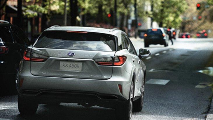 ด้านหลัง Lexus RX 450h ได้รับการติดตั้งไฟเบรกดวงที่ 3 แบบ LED ผสานกับชุดไฟท้ายขนาดใหญ่ดีไซน์โฉบเฉี่ยว