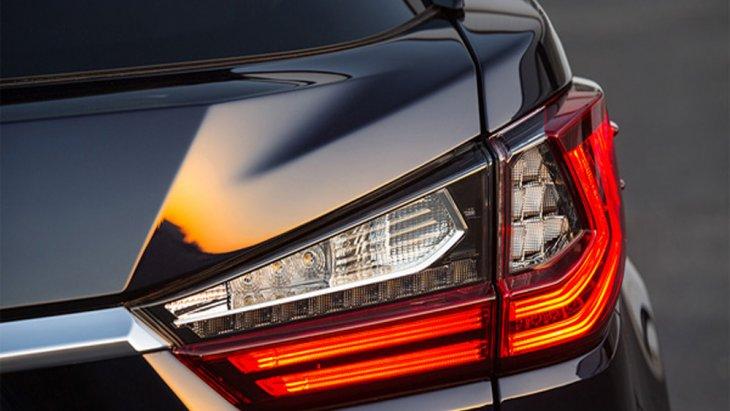 ประตูท้ายติดตั้งระบบ Touchless Power Back Door ช่วยให้ผู้ขับขี่เปิดประตูท้ายได้อย่างอัตโนมัติเพียงแค่ยื่นมือเหนือโลโก้ Lexus ที่ได้รับการติดตั้งเซ็นเซอร์เอาไว้