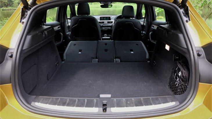 BMW X2 2019 สามารถที่จะปรับเบาะนั่งด้านหลังให้ราบไปกับพื้นห้องโดยสารได้เพื่อเพิ่มพื้นที่จัดเก็บสัมภาระ