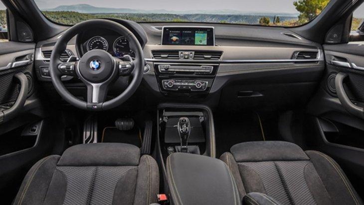 BMW X2 2019 ได้รับการตกแต่งภายในด้วยเฉดสีทูโทนดำ-เทา คอนโซลหน้าตกแต่งด้วยหนังพร้อมอลูมิเนียมลาย Hexagon เบาะนั่งหุ้มด้วยหนัง Dakota แบบเจาะรูสามารถที่จะปรับองศาได้ด้วยไฟฟ้า