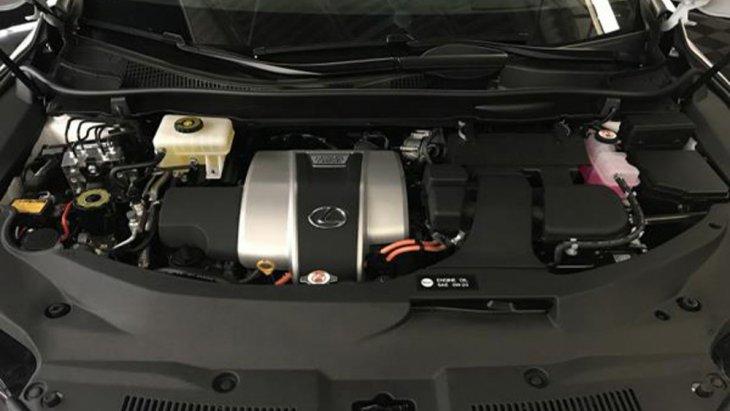 Lexus RX 450h ติดตั้งเครื่องยนต์ 2GR-FXS V6 Four Cam 24 วาล์ว Dual VVT-i ขนาด 3.5 ลิตร ให้กำลังสูงสุด 263 แรงม้า ที่ 6,000 รอบ/นาที แรงบิดสูงสุด 335 นิวตัน-เมตร ที่ 4,600 รอบ/นาที ทำงานร่วมกับมอเตอร์ไฟฟ้าที่มีแรงดันไฟฟ้าสูงสุดในระบบขนาด 650 โวลท์