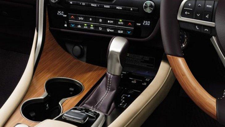 Lexus RX 450h ส่งกำลังด้วยระบบเกียร์อัตโนมัติ E-CVT ให้ความเร็วสูงสุด 200 กิโลเมตร/ชั่วโมง พร้อมระบบขับเคลื่อนแบบ E-Four อัตราการเร่งระยะ 0-100 กิโลเมตร/ชั่วโมง ภายใน 7.7 วินาที