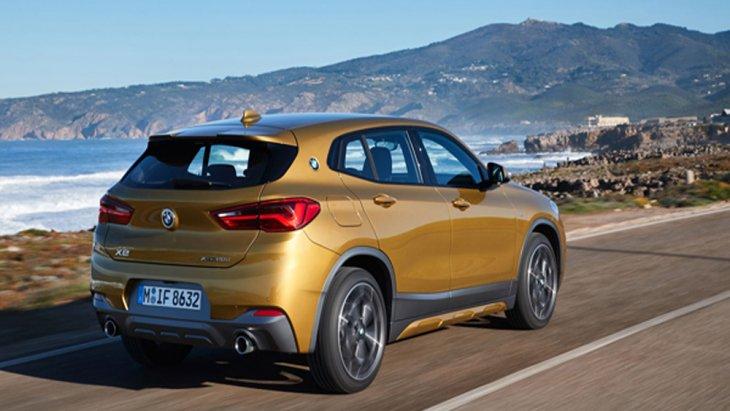 ด้านหลัง BMW X2 2019 ได้รับการติดตั้งชุดไฟท้ายแบบ LED รูปทรงตัว L พร้อมไฟเบรคดวงที่ 3 แบบ LED ที่ปัดน้ำฝนด้านหลัง ฝากระโปรงหลังเปิด-ปิด อัตโนมัติด้วยระบบเซนเซอร์จับการเคลื่อนไหวของเท้าบริเวณกันชนหลัง