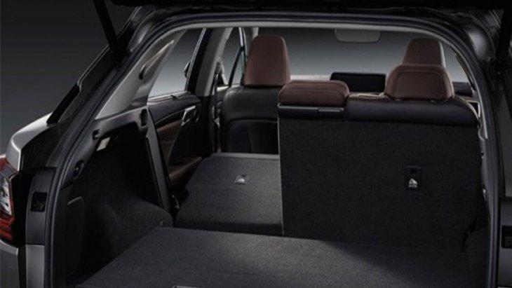 Lexus RX 450h ได้รับการออกแบบพื้นที่ห้องโดยสารด้านหลังให้สามารถปรับพับเพื่อเพิ่มพื้นที่ในการจัดเก็บสัมภาระได้มากยิ่งขึ้นแบบ 60:40
