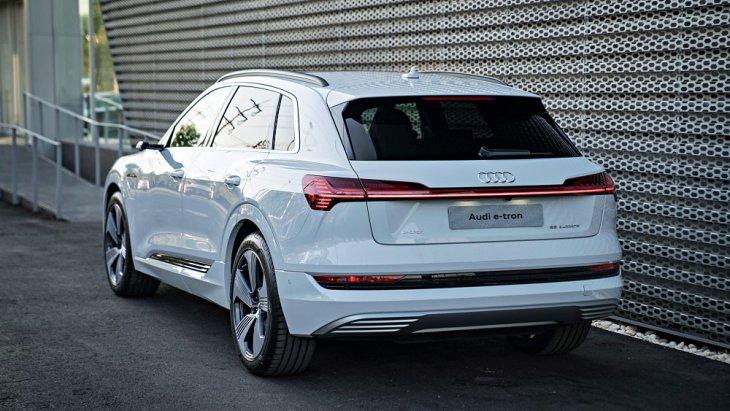 Audi e-tron 55 quattro เปิดราคาจำหน่าย 5,099,000 บาท ซึ่งทาง Audi ให้การรับประกันแบตเตอรี 8 ปี หรือ 160,000 กม. และตัวรถที่ 5 ปี