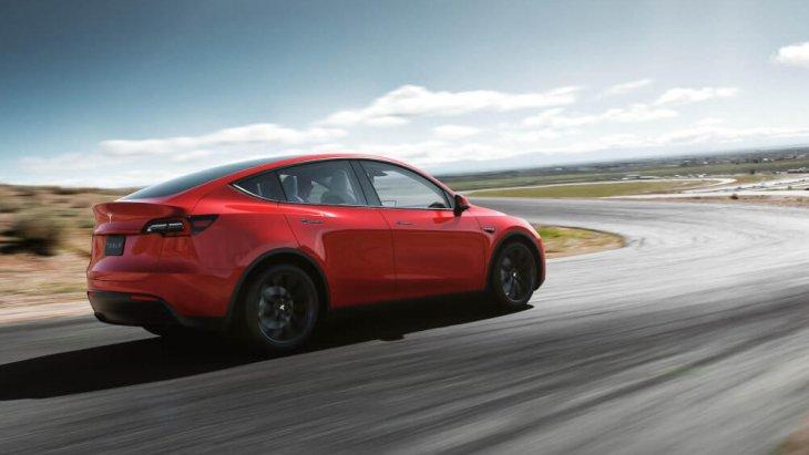 สำหรับใครที่ต้องการระบบช่วยขับขี่กึ่งอัตโนมัติของ Tesla สำหรับ All-new Tesla Model Y 2020 นั้นเป็นออปชั่นที่ต้องลือกและจ่ายเงินเพิ่มอีก 3,000 ดอลลาร์ (เกือบแสนบาท) เช่นเดียวกับสีตัวถัง นอกเหนือจากสีดำแล้ว ทุกสีต้องจ่ายเพิ่มขั้นต่ำ 1,500 ดอลลาร์ นี