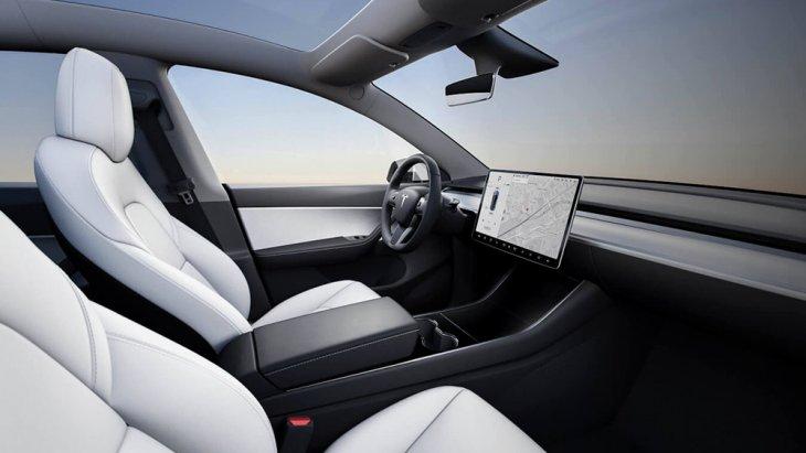 ภายในเรียบโล่ง สไตล์มินิมอล ยังคงเป็นสิ่งที่จะได้พบเห็นใน All-new Tesla Model Y 2020 แบบมาตรฐาน สงบง่าย ไร้อุปกรณ์ ความหรูหราและเครื่องประดับประดารกรุงรัง