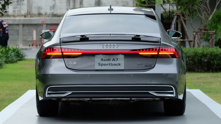เอฟเฟกต์ไฟด้านหน้า-หลัง (light staging) เมื่อทำการล็อกหรือปลดล็อกรถ กระจกหน้าต่างแบบไร้กรอบ (frameless) เอกลักษณ์ของรถยนต์สปอร์ตคูเป้