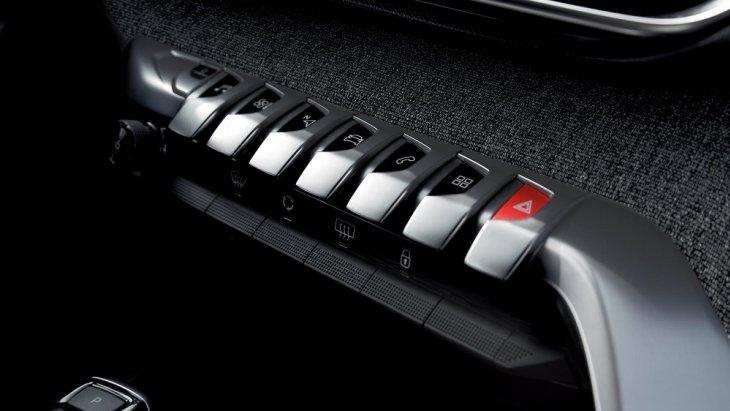 ปุ่มคำสั่งในตัวรถแบบ Piano key โดยรวมปุ่มการทำงานทุกอย่างไว้บนแผงเดียวกันเพื่อเป็นการลดการใช้ปุ่มและยังง่ายและสะดวกต่อการใช้งาน