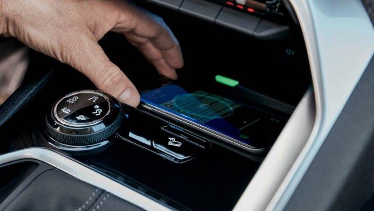 ช่องสำหรับ wireless charger บริเวณด้านล่างแผง Piano key