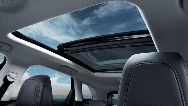 หลังคา Panoramic glass roof  มาพร้อมกับม่านบังแดดที่สามารถเลือกระดับได้