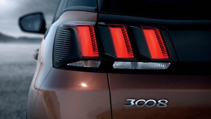 ไฟท้าย LED แบบเดย์เดย์ ที่ได้รับการออกแบบมาให้เป็นเอกลักษณ์เฉพาะตัวของ Peugeot 3008 (2019)  ด้วยการใส่แผงสีดำสลับดวงไฟที่มีลักษณ์คล้ายกรงเล็บ