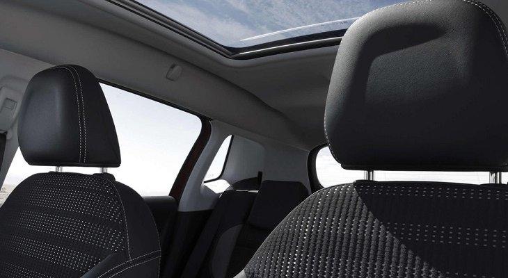 เพิ่มความหรูหราให้กับ Peugeot 308 SW ด้วยหลังคาแก้วพาโนรามา เพื่อให้ทุกคนในห้องโดยสารได้สัมผัสกับธรรมชาติตลอดการเดินทาง