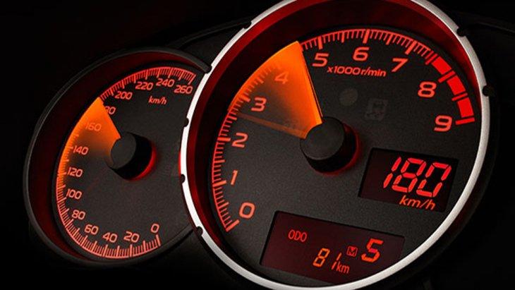 Subaru BRZ เพิ่มความสะดวกมากยิ่งขึ้นด้วยหน้าจอแสดงผลการขับขี่แบบ MID พร้อมมาตรวัดแบบวงกลมซ้อนกัน 3 วง ส่วนตรงกลางเป็นมาตรวัดรอบเครื่องยนต์แบบ Redline รวมถึงไฟ Shift Light Indicator และฟังก์ชั่นแสดงอุณหภูมิภายนอกรถ