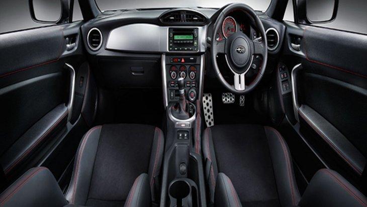Subaru BRZ ได้รับการตกแต่งภายในอย่างประณีตผ่านเฉดสีภายในโทนสีดำ แผงคอนโซลหน้าตกแต่งด้วย Trim สีเงิน พร้อมเบาะนั่งหุ้มหนังจาก Alcantara เย็บเก็บตะเข็บด้วยด้ายสีแดง