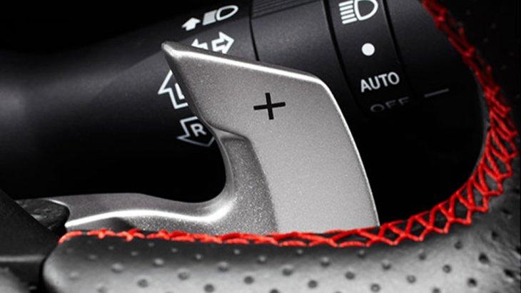Subaru BRZ ติดตั้งระบบพวงมาลัยแบบผ่อนแรงไฟฟ้าพร้อมระบบควบคุมการเปลี่ยนเกียร์ที่พวงมาลัย และ สามารถปรับระดับได้