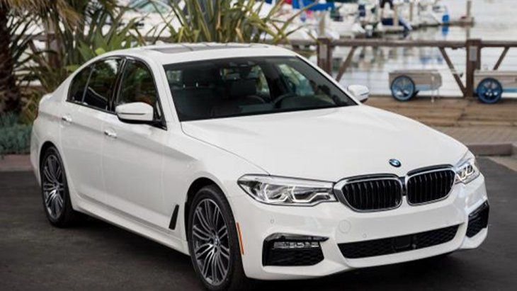BMW 3 Series 2019 ซีดานสายพันธุ์สปอร์ตที่มาพร้อมความเรียบหรูในระดับเฟิร์สคลาสผ่านการออกแบบโคมไฟหน้าที่มีการติดตั้งหลอดไฟแบบ LED สามารถปรับองศาได้ตามการเลี้ยวของพวงมาลัย