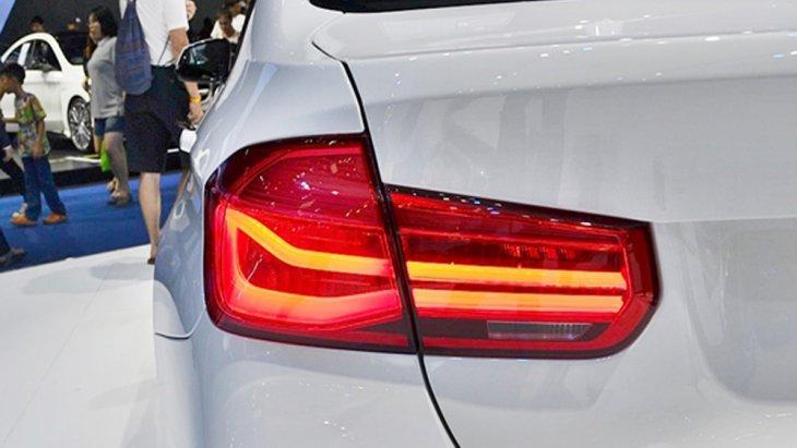 BMW 3 Series ได้รับการติดตั้งไฟท้ายแบบ LED และ ไฟเบรกดวงที่ 3 แบบ LED เช่นเดียวกัน
